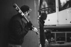 ρόπαλο του μπέιζμπολ στα χέρια έτοιμα να επιτεθούν Στοκ Εικόνες
