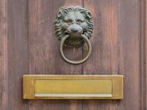 Ρόπτρα πορτών και κιβώτιο επιστολών Στοκ φωτογραφίες με δικαίωμα ελεύθερης χρήσης