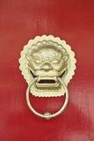 Ρόπτρα πορτών παραδοσιακού κινέζικου με το δράκο ως σύμβολο του φύλακα Στοκ Φωτογραφία