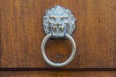 Ρόπτρα πορτών προσώπου λιονταριού στην ξύλινη πόρτα Στοκ Εικόνες