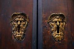 Ρόπτρα πορτών στην παλαιά ξύλινη πόρτα πόρτα παλαιά Στοκ Εικόνες