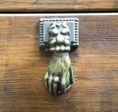 Ρόπτρα σε μια παλαιά ξύλινη πόρτα Στοκ Εικόνες