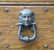 Ρόπτρα σε μια παλαιά ξύλινη πόρτα Στοκ εικόνες με δικαίωμα ελεύθερης χρήσης