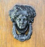 Ρόπτρα σε μια παλαιά ξύλινη πόρτα Στοκ φωτογραφίες με δικαίωμα ελεύθερης χρήσης