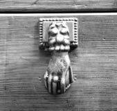 Ρόπτρα σε μια παλαιά ξύλινη πόρτα Στοκ Φωτογραφία