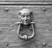 Ρόπτρα σε μια παλαιά ξύλινη πόρτα Στοκ φωτογραφία με δικαίωμα ελεύθερης χρήσης