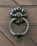 Ρόπτρα, σφυρηλατημένα ρόπτρα πορτών μετάλλων Η πόρτα στον υπόγειο θάλαμο στο s Στοκ φωτογραφία με δικαίωμα ελεύθερης χρήσης