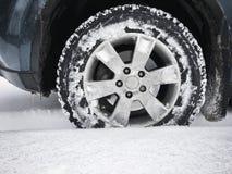 Ρόδα αυτοκινήτων με τη στερεωμένη ρόδα, χειμώνας Στοκ Εικόνα