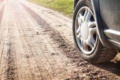 Ρόδα αυτοκινήτων στο βρώμικο δρόμο Στοκ Εικόνες