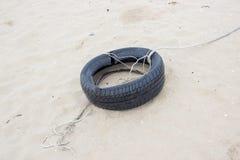 Ρόδα που θάβεται παλαιά στην παραλία Στοκ φωτογραφίες με δικαίωμα ελεύθερης χρήσης