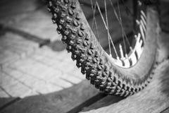 Ρόδα ποδηλάτων βουνών με το πλαϊνό ελαστικό αυτοκινήτου Στοκ εικόνες με δικαίωμα ελεύθερης χρήσης