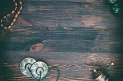 Ρόδα προσευχής, χάντρες προσευχής, μαγικά σφαίρες και πιάτα ορείχαλκου για το rel Στοκ εικόνες με δικαίωμα ελεύθερης χρήσης