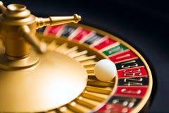 ρόδα ρουλετών χαρτοπαικτικών λεσχών με τη σφαίρα στον αριθμό 36 Στοκ Φωτογραφία