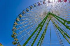 Ρόδα στη ρόδα Ένα στρογγυλό ουράνιο τόξο γύρω από τη ρόδα Ferris Στοκ φωτογραφία με δικαίωμα ελεύθερης χρήσης