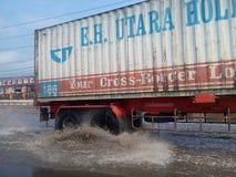 Ρόδα φορτηγών στο βρώμικο νερό Στοκ Εικόνες