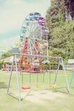 Ρόδα Ferris και ταλάντευση χρώματος Στοκ φωτογραφία με δικαίωμα ελεύθερης χρήσης