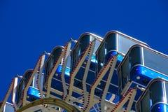 Ρόδα Ferris με τις μπλε καμπίνες στο μπλε ουρανό Στοκ Εικόνες