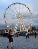 Ρόδα Ferris με το νεφελώδες υπόβαθρο Στοκ εικόνα με δικαίωμα ελεύθερης χρήσης
