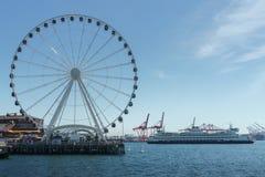 Ρόδα Ferris του Σιάτλ και ένα πορθμείο Στοκ Εικόνες