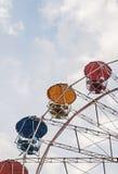 Ρόδα Ferris ψυχαγωγίας ενάντια στο μπλε ουρανό Το σχέδιο είναι γ Στοκ εικόνες με δικαίωμα ελεύθερης χρήσης
