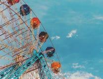 Ρόδα Ferris ψυχαγωγίας ενάντια στο μπλε ουρανό Το σχέδιο είναι γ Στοκ εικόνα με δικαίωμα ελεύθερης χρήσης