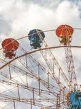 Ρόδα Ferris ψυχαγωγίας ενάντια στο μπλε ουρανό Το σχέδιο είναι γ Στοκ Φωτογραφίες