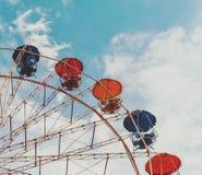 Ρόδα Ferris ψυχαγωγίας ενάντια στο μπλε ουρανό Το σχέδιο είναι γ Στοκ φωτογραφία με δικαίωμα ελεύθερης χρήσης