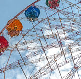 Ρόδα Ferris ψυχαγωγίας ενάντια στο μπλε ουρανό Στοκ Εικόνες