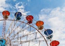 Ρόδα Ferris ψυχαγωγίας ενάντια στο μπλε ουρανό Στοκ φωτογραφία με δικαίωμα ελεύθερης χρήσης