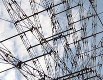 Ρόδα Ferris ψυχαγωγίας ενάντια στο μπλε ουρανό CL κατασκευής Στοκ Φωτογραφία