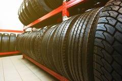 Ρόδες αυτοκινήτων στην αποθήκη εμπορευμάτων Πολλές μαύρες ρόδες Στοκ Εικόνες