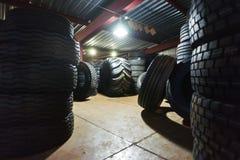 Ρόδες αυτοκινήτων στην αποθήκη εμπορευμάτων Στοκ Φωτογραφία