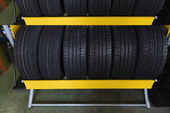 Ρόδες αυτοκινήτων στην αποθήκη εμπορευμάτων Στοκ εικόνα με δικαίωμα ελεύθερης χρήσης