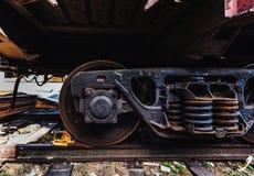Ρόδες βαγονέτων τραίνων αυτοκινηταμαξών diesel χάλυβα κινηματογραφήσεων σε πρώτο πλάνο στις διαδρομές Στοκ φωτογραφία με δικαίωμα ελεύθερης χρήσης