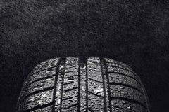 Ρόδες θερινών οικονομικές στην κατανάλωση βενζίνης αυτοκινήτων με τα σταγονίδια νερού Στοκ φωτογραφία με δικαίωμα ελεύθερης χρήσης