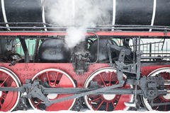 Ρόδες κάτω από την ατμομηχανή με τον ατμό Στοκ Φωτογραφίες
