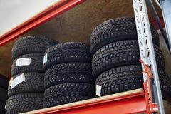 Ρόδες στο κατάστημα ή την αποθήκη εμπορευμάτων αυτοκινήτων Στοκ φωτογραφία με δικαίωμα ελεύθερης χρήσης