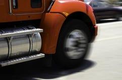Ρόδες φορτηγών στην κίνηση Στοκ Φωτογραφίες