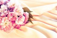 Ρόδινα άνθη κερασιών στο σατέν και το σταυρό ροδάκινων επεξεργασμένους Στοκ Εικόνες