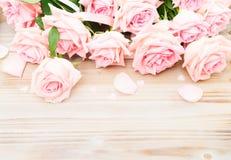 Ρόδινα ανθίζοντας τριαντάφυλλα στο ξύλο Στοκ Φωτογραφίες