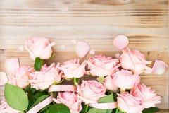 Ρόδινα ανθίζοντας τριαντάφυλλα στο ξύλο Στοκ εικόνα με δικαίωμα ελεύθερης χρήσης