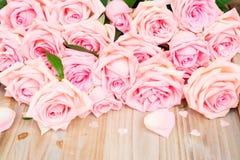 Ρόδινα ανθίζοντας τριαντάφυλλα στο ξύλο Στοκ φωτογραφία με δικαίωμα ελεύθερης χρήσης