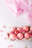 Ρόδινα αυγά Πάσχας στο ελαφρύ υπόβαθρο Copyspace Ακόμα φωτογραφία ζωής των μερών των ρόδινων αυγών Πάσχας αυγά Πάσχας ανασκόπησης Στοκ Εικόνες