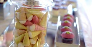 Ρόδινα γενέθλια cupcakes σε έναν πίνακα Στοκ φωτογραφίες με δικαίωμα ελεύθερης χρήσης