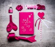 Ρόδινα εργαλεία διακοσμήσεων ημέρας βαλεντίνων: καρδιά, κορδέλλα, βρόχος, βασική κλειδαριά, μπαλόνι, βιβλίο ημέρας με χειρόγραφο  Στοκ Εικόνες
