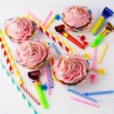 Ρόδινα εύγευστα γενέθλια cupcakes Στοκ φωτογραφίες με δικαίωμα ελεύθερης χρήσης