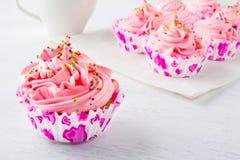 Ρόδινα εύγευστα cupcakes Εκλεκτική εστίαση Στοκ εικόνες με δικαίωμα ελεύθερης χρήσης