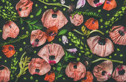 Ρόδινα και κόκκινα πέταλα λουλουδιών, πράσινοι κλάδοι και φύλλα Στοκ φωτογραφίες με δικαίωμα ελεύθερης χρήσης