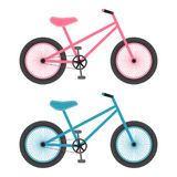 Ρόδινα και μπλε ποδήλατα για τα παιδιά που απομονώνονται σε ένα άσπρο υπόβαθρο επίσης corel σύρετε το διάνυσμα απεικόνισης απεικόνιση αποθεμάτων