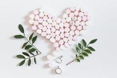 ρόδινα καρδιά και κοσμήματα 3 marshmellows Στοκ φωτογραφία με δικαίωμα ελεύθερης χρήσης